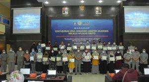 Dekan FKIP Berikan Penghargaan Dosen Dan Mahasiswa Berprestasi